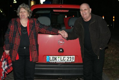 Dolores and Ken with the LC licence plate on the car of Dolores.